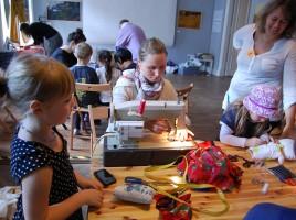 projekt na ludowo w dużym pokoju, fot. Alina Dołżikowa. Rodzinne warsztaty szycia ubrań inspirowanych strojami ludowymi.