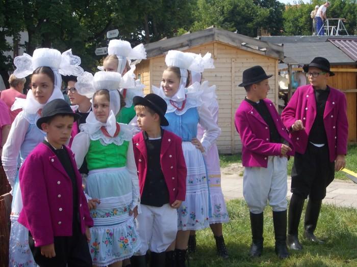Biskupianie z Krobi w strojach. Ogólnopolski Festiwal Kapel i Śpiewaków Ludowych w Kazimierzu Dolnym, czerwiec 2014 r., fot. D. Kunecki