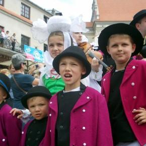 Biskupianie podczas korowodu zespołów. Ogólnopolski Festiwal Kapel i Śpiewaków Ludowych w Kazimierzu Dolnym, czerwiec 2014 r., fot. M. Kunecka