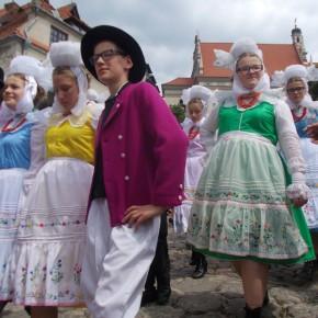 Biskupianie podczas korowodu zespołów. Ogólnopolski Festiwal Kapel i Śpiewaków Ludowych w Kazimierzu Dolnym, czerwiec 2014 r., fot. D. Kunecki