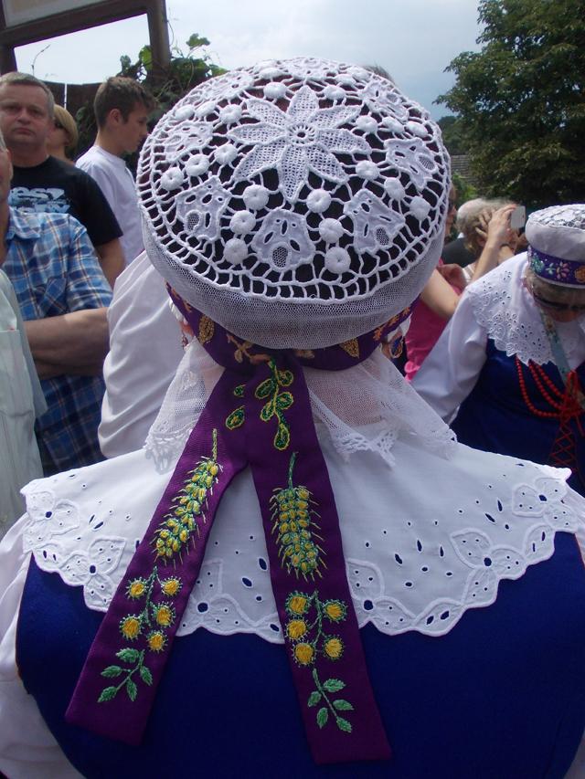 Zdobienie czepca, Kapela spod Kowala, Ogólnopolski Festiwal Kapel i Śpiewaków Ludowych w Kazimierzu Dolnym, czerwiec 2014 r., fot. D. Kunecki