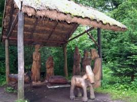 """Zespół rzeźb """"Boże Narodzenie"""", usytuowany na polanie nad stawem w Muzeum w Ochli; fot. M. Kamińska/ skanseny.net/ CC BY-NC-SA 3.0 PL"""