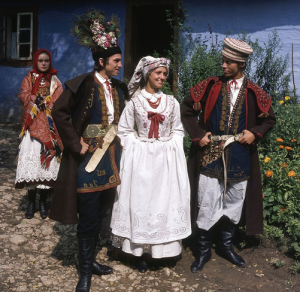 Stroje Krakowiaków Wschodnich, fot.St. Gadomski, fotografia zezbiorów Muzeum Miejskiego wTychach