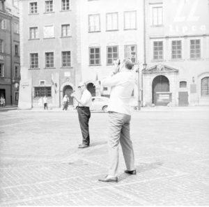 Zdjęcie: Cudzoziemcy zwiedzający Warszawę, Autor: Grażyna Rutkowska, Zdjęcie zezbiorów Narodowego Archiwum Cyfrowego.